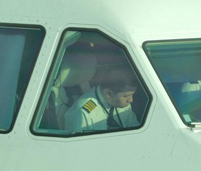 Firstofficer im Cockpit