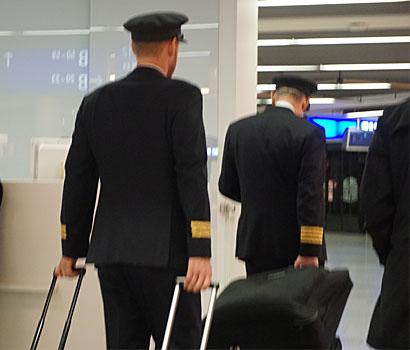 zwei Piloten von Hinten